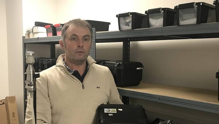 Read more about the article Il mesure l'amiante dans l'air durant les travaux